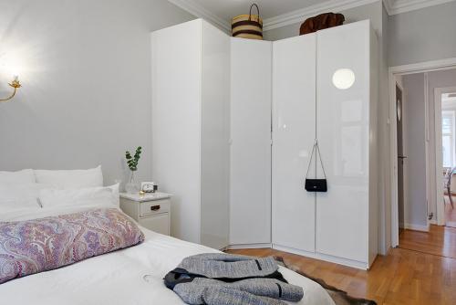 Шкафы современные в спальню. Виды моделей