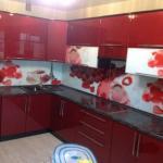 Ярко красная глянцевая кухня в стиле модерн очень эффектна.