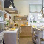Уютная кухня - столовая в деревенском стиле.