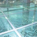 Стеклянный пол как элемент интерьера.