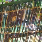 Многие наверняка вспомнят, что в 70-80- хх годах большой популярностью пользовались дверные занавесы из бамбуковых палочек.