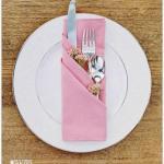 Салфетки, сложенные в виде трех кармашков, очень простой и красивый способ сервировки праздничного стола.
