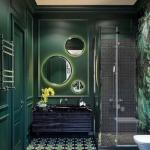 Насыщенный зеленый цвет в санузле частного дома.