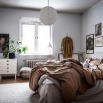 Сочетание множества видов древесины и мягкого текстиля придает этому дому особое спокойствие и уют.