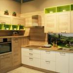 Кухни с яркими зелёными акцентами.