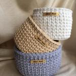 Корзинки из трикотажной пряжи сами по себе - стильный и в то же время уютный подарок ручной работы.