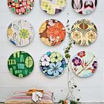 Украшение стен декоративными тарелками.