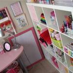 Организация рабочего места вышивальщица в интерьере комнаты.