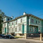 Всем пушкинцам хорошо знаком двухэтажный деревянный дом зеленого цвета на средней улице.