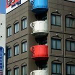 Необычные балконы?   Чашка - балкон находится в самом центре Токио.