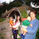Саймон Дэйл вместе с тестем и своей семьёй построил в лесу необычный домик, напоминающий жилище хоббитов.