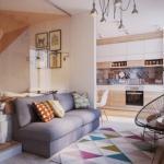 Благодаря обилию натурального дерева, интерьер этой квартиры - студии отличается домашним теплом и уютом.