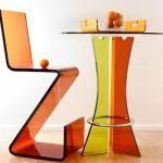 Креативные барные столики из разноцветного стекла.