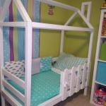 Интерьер в детской комнате у всех разный, но кроватка домик одинаково удачно впишется в любой из них!