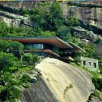 Дом на краю обрыва в Африке.