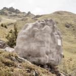 Потайное укрытие: деревянный домик в камне.