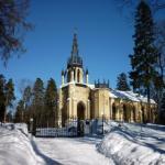 Церковь святых апостолов петра и Павла в шуваловском парке.