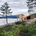 Домик на берегу норвежского озера от Feste Landscape / Architecture.