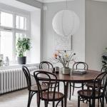 Просторная шведская квартира выбором цвета и украшением интерьера выделяется.