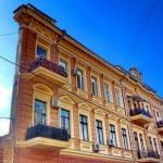 Дом - стена.   Гуляя в самом центре Одессы мы увидели изумленных людей, смотрящих большими глазами, полными недоумения, на обычный дом.