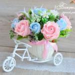 Сладкие букетики с конфетками в велосипедиках.